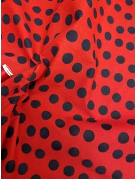 Lunares negros, fondo rojo