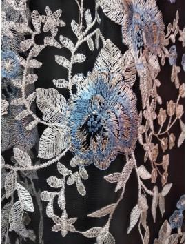 Tul Negro  Bordado con flores azules