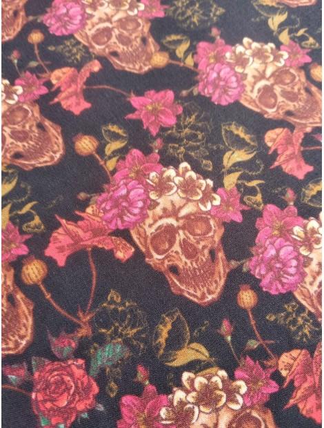 Algodón  estampado calaveras y flores fondo negro
