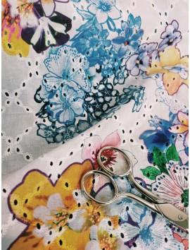 Batista de algodón perforada con estampado floral