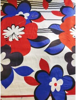 Batista blanca con estampado flores azules y rojas